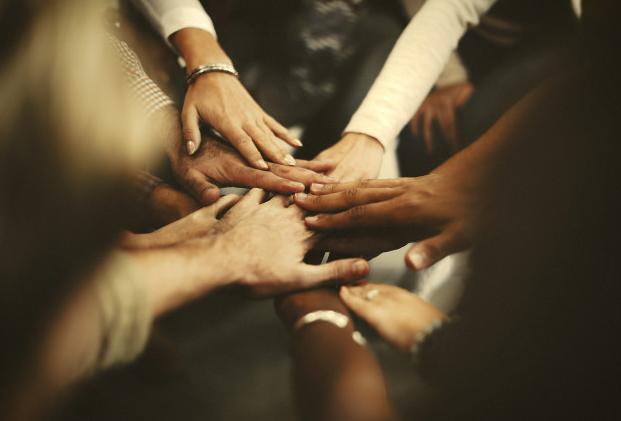 Com-Empresas-Podem-Ajudar-O-Lar-Maos-Pequenas.png